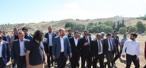 """1071 kutlamaları Ahlat'tan başlayacak Okçular Vakfı Mütevelli Heyeti Üyesi Bilal Erdoğan: """"Ahlat'ta bin yıllık bir tarihimiz var"""" """"Tüm vatandaşlarımızı Ahlat'ı görmeye Malazgirt'i tanımaya davet ediyoruz"""" Okçular Vakfı Mütevelli Heyeti Başkanı Haydar Ali Yıldız: """"Tüm milletimizi, gençlerimizi 24-25-26 Ağustos tarihlerinde Ahlat'a ve Malazgirt'e bekliyoruz"""""""