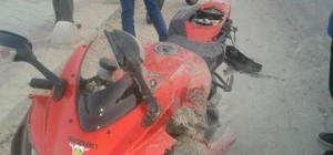 Adana'da Motosiklet kazası: 1 ölü, 1 yaralı Islak zeminde direksiyon hakimiyetini kaybeden motosiklet sürücüsü hayatını kaybetti