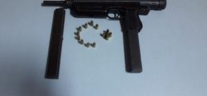Polis baza içinde otomatik tabanca ele geçirdi