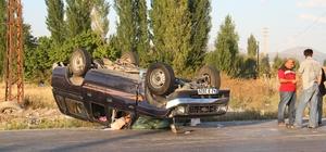 Otomobille kamyonetin çarpıştığı kaza güvenlik kamerasında Dönüş yapmak isteyen kamyonetin otomobille çarpıştıktan sonra savrulup takla atması bir iş yerinin güvenlik kamerası tarafından kaydedildi