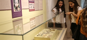 Dünyanın en eski aşıklarına ait 12 bin yıllık takılar Mardin'de sergileniyor Boncuklu Tarla; İtalya Valdaro'daki mezarlık ve Diyarbakır-Bismil Hakemi Use'den 2 bin yıl daha eski Mardin Müzesi en eski aşıkların takılarına ev sahipliği yapıyor
