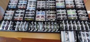 Denizli'de bin 362 adet kaçak gözlük ele geçirildi Açılan valizlerden kaçak optik ve güneş gözlüğü çıktı