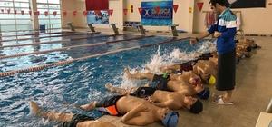 Darıcalı çocuklar yüzmeyi sevdiler