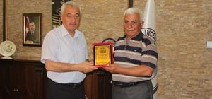 Karamustafa Paşa Muhtarından Başkan Karayol'a Plaket