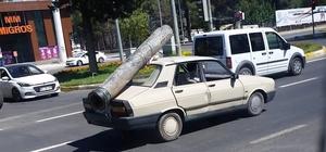 Otomobilin üzerine yüklenen demir boru 'pes' dedirtti