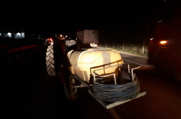 Otomobil traktöre arkadan çarptı: 5 yaralı