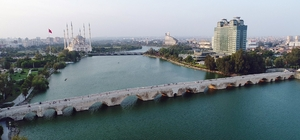 """Adana'nın antika mücevher gerdanlıkları: Taş Köprü ve Misis Köprüsü Dünyada halen kullanımda olan en eski iki köprü Adana'da 6 ayrı medeniyete hizmet sunarak tarihe tanıklık eden Taş Köprü Seyhan, Misis Köprüsü de Ceyhan Nehri üzerinde muhteşem görüntüleri ile göz kamaştırıyor Araştırmacı tarihçi Cezmi Yurt Sever: """"Taş Köprü ve Misis Köprüsü bin 700 yıldan beri kervanların geçtiği, tarihin yaşandığı dünyanın en eski köprüleridir"""""""