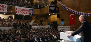 """Cumhurbaşkanı Erdoğan: """"Sanıyorlar ki döviz kurunu zıplatınca Türkiye yıkılacak"""" Cumhurbaşkanı Recep Tayyip Erdoğan: """"Bunlar ülkemize karşı açılan ekonomik savaşın kurşunlarıdır, gülleleridir, füzeleridir"""" """"Meselenin dolar olmadığı Avro olmadığını, altın olmadığını biz gayet iyi biliyoruz"""" """"Elbette bunlara karşılık vermek için gereken tedbirleri aldık, alıyoruz ama asıl olan bu silahları ateşleyen elleri kırmaktır"""" """"Sahada bizimle boy ölçüşemeyenler, reel ekonomi ile ülkemizin gerçekleri ile hiçbir ilgisi olmayan fiktif kur oyunlarını devreye soktular"""" """"Sayın Bahçeli'ye teşekkür ediyorum; Milli olanlar, yerli olanlar bu ülke ile derdi olanlar bu meselelerde tam manasıyla kendilerini apaçık gösteriyor"""" """"İktidarı ile muhalefeti ile bizi seveni ile sevmeyeni ile hepimiz aynı gemideyiz"""" """"Bu gemi yürüdüğünde hep birlikte kazandığımız gibi gemi su aldığında da hepimiz aynı akıbete düçar olacağız"""" """"Türkiye içine sıkıştırılmaya çalışıldığı bu kur faiz enflasyon sarmalından en kısa sürede çıkacaktır, hiç endişe etmeyin"""" """"En büyük ticaret hacmine sahip olduğumuz Çin, Rusya Ukrayna gibi ülkelerle ticaretimizi milli  para birimlerimiz üzerinden yürütmeye hazırlanıyoruz"""" """"Şayet Avrupa ülkeleri de dolar cenderesinden çıkmak istiyorlarsa onlarla da benzer bir sistemi kurmaya hazırız"""" """"Tüm dünyaya ekonomik savaş ilan eden yaptırım tehditleriyle ülkeleri haraca bağlayan bu düzeni asla kabul etmiyoruz"""" """"Kurmuş, faizmiş, cezaymış, yaptırımmış hiçbiri umrumuzda değil"""" """"Kimseden inayet beklemeyeceğiz; Kendi göbeğimizi kendimiz keseceğiz"""" """"Bize parmak sallayanları pişman edeceğiz"""""""