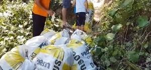 Kandıra sahillerini çöp yuvasına döndüren tatilcilere tepki Denize girmek için sahile giden aile saatlerce çöp topladı İş adamı, 2 çocuğu ve 3 çalışanıyla birlikte çuvallar dolusu çöpü elleriyle topladı
