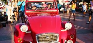 Klasik otomobillerle fotoğraf çektirmek için birbirleriyle yarıştılar Bodrum'da 70 klasik aracın katıldığı festivale yoğun ilgi