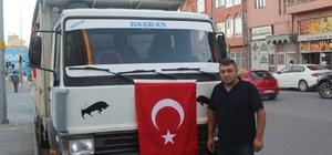 (Özel) Aracını Türk bayraklarıyla süsledi, Ankara'ya doğru yola çıktı Doları olmadığı için iki aracından birini devlete bağışlayan Süleyman Aydoğdu, Ankara'ya doğru yola çıktı