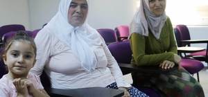 Akıllı cep telefonu kullanmak için okuma yazma kursuna başvurdu, azmiyle herkese örnek oldu 66 yaşındaki kadın, kızı ve torunuyla aynı kursa gidiyor Emine Erdoğan ilham kaynağı oldu, 66 yaşında okuma yazma öğrendi