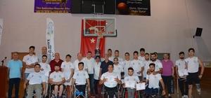 Engelliler başarı belgelerini Başkan Özakcan'ın elinden aldılar