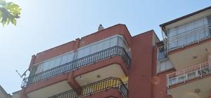 Denizli'de intihar şov 8. kattan aşağı kiremit ve ayakkabılarını atan genç polislere zor anlar yaşattı İntihar etmek için çatıya çıkan şahıs polis tarafından 2 saatte ikna edilip indirildi