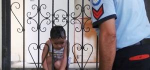 Kafası korkuluklara sıkışan çocuğu itfaiye kurtardı Muğla'nın Fethiye ilçesinde demir korkuluklara başını sıkıştıran 3 yaşındaki Saregül'ü Büyükşehir İtfaiye Daire Başkanlığı Fethiye Grup Amirliği ekipleri korkulukları keserek kurtardı