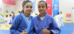 """Emanet judogiyle maça çıkıp önce Türkiye ardından Balkan şampiyonu oldular Minik kızlar kıyafetini bile alamadıkları spor dalında şampiyon oldu Judo Şampiyonu Buyruk: """"Şampiyonaya arkadaşımın judogilini alıp gittim"""" Judo şampiyonu Candan: """"Şampiyonada bayrağımızı dalgalandırdık, judo kıyafetini hakettiğimizi düşünüyoruz"""""""