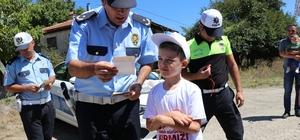 Bolu'da, kırmızı düdük uygulaması yapıldı Polis ekipleri, çocuklara kırmızı düdük dağıttı