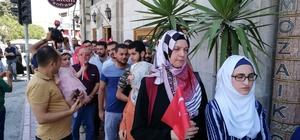Hatay'da Suriyeliler de döviz bürolarına akın etti Suriye'deki savaştan kaçarak Türkiye'ye sığınan ve Hatay'da iş yapan Suriyeliler, Cumhurbaşkanı Erdoğan'ın çağrısına uyarak kampanyaya destek olmak için dolar bozdurdu
