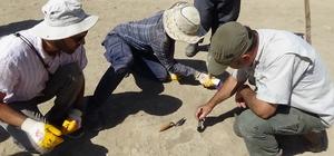 """Van'da 2700 yıllık Urartulu kadının ayak izine rastlandı Van Bölgesi Tarih ve Arkeoloji Merkezi Müdürü Doç. Dr. Erkan Konyar: """"Bu yıl yaptığımız kazılarda önemli bir sürprizle karşılaştık"""" """"Yaklaşık 2700 yıllık olduğu tahmin edilen Urartuların ayak izine rastlandı"""""""