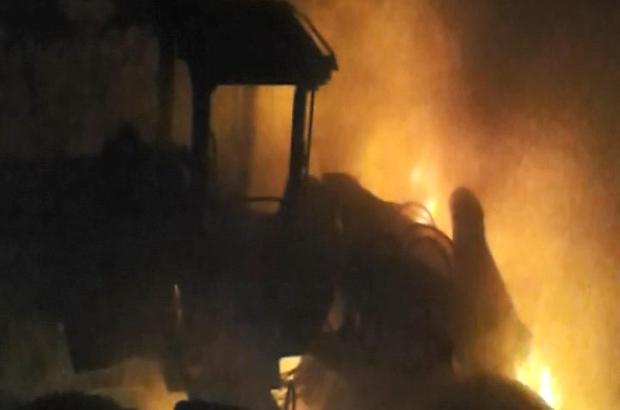 PKK, 4'ü iş makinesi 13 aracı ateşe verdi, olay yerine giden zırhlı aracın geçişi sırasında yola döşenen EYP patlatıldı, 2 asker yaralandı