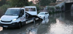 Sualtında kalan karayolu havuz oldu Adana'da sulama kanalının taşması sonucunda karayolu sular altında kaldı