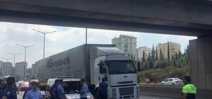 Otoyol köprüsünden atlayıp intihar etti, kadın sürücü şok oldu Adana'da bir kişi, yaya köprüsünden otoyola atlayarak intihar ederken Mersin istikametine giden genç kadın şahsı görünce şok oldu
