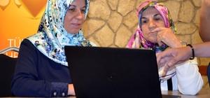 """Torunlarına kızdılar interneti öğrendiler Teknosa ve Habitat Derneği, Kadın için Teknoloji projesi kapsamında Kırklarelili kadınlara eğitim verdi 60 ve 73 yaşında 2 kadın internet kullanmayı öğrendiler Torunlarına kızıyorlardı şimdi bilgisayar sertifikalı oldular Bilgisayar kullanmayı 73  yaşındaki Meryem: """"Çağırınca utandım gitmeye"""" 60 yaşındaki Ferhan: """"Torunlarıma kızıyordum"""""""
