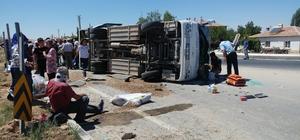 Midibüsle tır çarpıştı: 9 yaralı Kaza sonrası kaldırımlarda bekleyen yaralılar ambulansların gelmesiyle hastaneye kaldırıldı