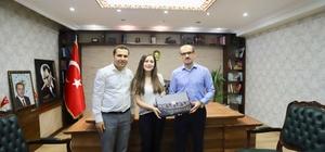 Kaymakam Ayca, Çukurca'nın ilk tıp öğrencisini kabul etti