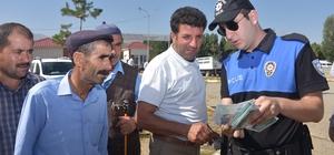 Muş polisi 'sahte para' konusunda uyardı Kurban Bayramı öncesi hayvan pazarını dolaşan polis ekipleri, vatandaşı sahte para konusunda uyardı