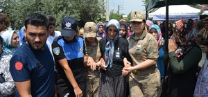 Şehit Oğuzhan Tekerek, son yolculuğuna uğurlandı Törende gözyaşı döken şehidin çocukları ve eşini görevli kadın askerler teskin etmeye çalıştı