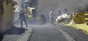 Battalgazi Belediyesi sıcak asfalt çalışmalarına devam ediyor