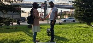 Afişli sürpriz evlenme teklifi