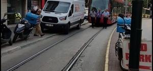 Tramvay dakikalarca minibüsü bekledi Aracını tramvay yoluna park etti, yolcular dakikalarca yolun açılmasını bekledi
