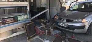 Kontrolden çıkan otomobil lokantaya daldı Kazada lokantada çalışan bir işçi ile otomobil sürücüsü yaralandı Lokantada müşteri olmaması büyük bir faciayı önledi Sürücüler ambulansa yol vermeyince polis memuru çileden çıktı