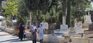 Gaziantep'te mezarlıklar arefe gününde doldu taştı