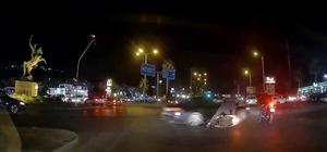 2 motosiklete çarpan otomobilin kaza anları araç kamerasına yansıdı