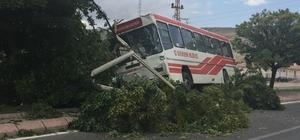 Trafik kazasında yolcu otobüsü refüje çıktı