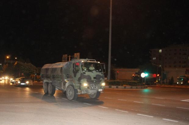 İdlib sınırına mühimmat ile askere araç sevkiyatı
