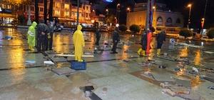 Bandırma'da sel felaketi Esnaf su basan dükkanlarına gece saatlerinde temizlemeye başladı