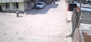 Hırsızı aile boyu kovaladılar Adana'da satılık evleri satın alma bahanesiyle girip cep telefonları çalan hırsızın gerçekleştirdiği bir olayda, vatandaşlar tarafından otomobil ve yaya olarak kovalanması güvenlik kamerası tarafından görüntülendi Polis tarafından yakalanan hırsızlık zanlısı tutuklandı
