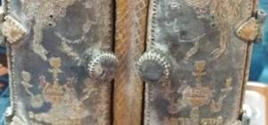 Paha biçilemez Yahudi sandukası bulundu Adana'da Suriyeli bir şahsın evinde 50 santimetre yüksekliğinde deri kaplamalı, üzerinde yakut ve zümrütler bulunan ahşap kutu ele geçirildi Sandukanın içindeki ceylan derisinde İbranice yazılar olduğu, alt ve üst çekmecelerinde ise Hz. Fatıma'nın eli sembolü 'Hamsa' ve Hz. Davut'un yıldızı diye bilinen figürlerden oluşan deri rulo olduğu görüldü Adana Müze Müdürlüğüne teslim edilen ve Yahudiler için çok önemli olduğu belirtilen sanduka detaylı incelenmek üzere Müzeler Genel Müdürlüğüne gönderildi