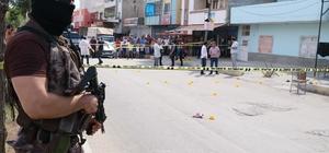 Kahvehanede torbacıların silahlı kavgası: 2 ölü, 2 yaralı Adana'da husumetli uyuşturucu satıcıları arasında çıkan silahlı kavgada 2 kişi hayatını kaybetti 2 kişi ise yaralandı Özel Harekat Timleri mahallede yoğun güvenlik önlemi aldı