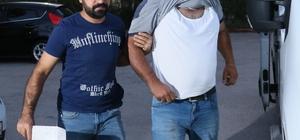 """Fuhşun şifresi """"ekmek"""" ve """"emmi"""" Adana'da """"fuhuş amaçlı çete kurarak üye olup yöneten"""" şahıslara yönelik şafak vakti eş zamanlı yapılan operasyonda 14 kişi gözaltına alınırken, çetenin polise yakalanmamak için telefonda konuşurken polise """"emmi"""" müşteriye ise """"ekmek"""" dediği ortaya çıktı Çete liderinin kadınların fuhuş yaptığı yerdeki boş alana gelip burada piknik yapıyor havası vererek hem kadınları takip ettiği hem de fuhuş yapmaya gelen başka kadınları yanına çağırıp, """"burada benden izinsiz fuhuş yapamazsınız"""" diyerek baskı yaptığı ileri sürüldü Operasyonda polis, yurttan ayrılan bir kadını da çetenin ağına düşürdüğünü, kadına hem fuhuş yaptırdığının hem de çeteye yeni kadınlar kazandırmasını sağladığı saptadı"""