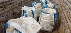Polis kılığına giren 5 kişilik uluslararası çete yakalandı Polis kılığında durdukları 20 ton maden yüklü tırı çaldılar, sürücüyü yol kenarına attılar 5 milyon değerindeki molibden madenini çalan hırsızlar Tuzla'da yakalandı