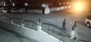 Yan bakma kavgasında boğazından böyle bıçaklandı Adana'da bir kişinin yan bakma meselesi yüzünden boğazından bıçaklanma anı anbean görüntülendi Olaya karıştığı iddiasıyla gözaltına alınan 2 kişi tutuklandı