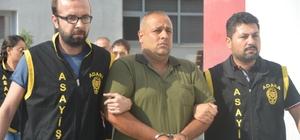 Kadın 'kocam evde yok gel' diye mesaj attı, oğlu öldürdü Adana'da 14 yaşındaki bir çocuk tarafından öldürülen Ali Genç'in çocuğun annesiyle yasak aşk yaşadığı bu nedenle çocuğun öldürdüğü ileri sürüldü Anne ve baba azmettirmekten 14 yaşındaki çocuk ise adam öldürmekten tutuklandı Anne ve baba suçlamayı kabul etmezken polis bulduğu güvenlik kamerası görüntülerinde anne ve babanın çocuğu olay yerine götürdüğü hatta babanın çocuğun vuracağı kişiyi gösterdiği görülüyor