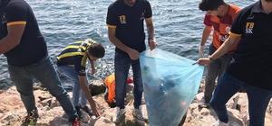 Ezeli rakip 2 takımın öğrencileri sahilde çöp topladı Formaları ile maça değil, çöp toplamaya gittiler