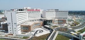 Kamu hastanelerinde yatak kapasitesi arttı Adana Şehir Hastanesi'nin hizmete girmesiyle kamu hastanelerinin yatak kapasitesi bir yıl öncesine göre 400 yatak arttı Nitelikli hasta odaları olarak bilinen tek ve iki yataklı iç donanımında tuvalet, banyo, televizyon, buzdolabı ve mobilya içeren odalarda hizmet veriliyor