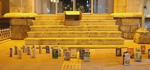 Kitapları sokaklarda yürüttüler Tokat'ta 7 gece süren hazırlık aşaması sonrasında sosyal medyada paylaşılan yürüyen kitapların videosu, büyük beğeni topladı